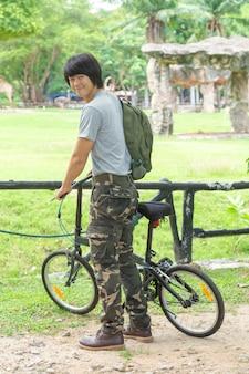 Cara e bicicleta no parque