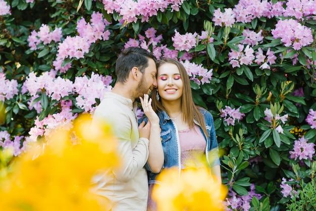 Cara e garota amorosa apreciam um ao outro, sorriso e feliz primavera
