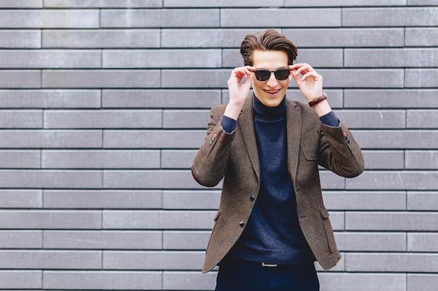 Cara elegante de jaqueta e óculos de sol