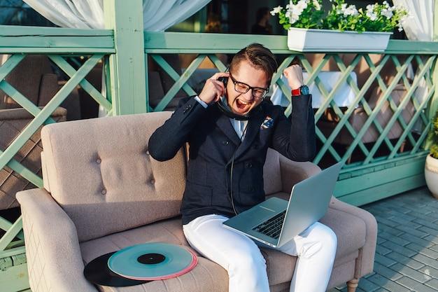Cara elegante e positiva a gostar de música lá fora.
