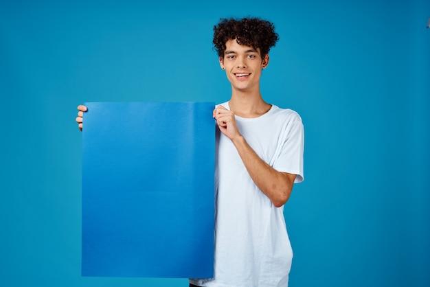 Cara em t-shirt branca cartaz publicidade banner azul espaço de cópia. foto de alta qualidade Foto Premium