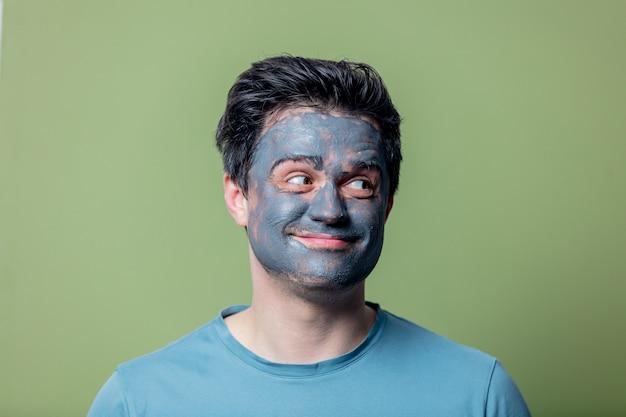 Cara em uma máscara de cuidados faciais