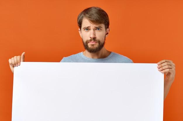 Cara emocional, segurando uma folha de papel branca nas mãos cartaz maquete sinal de publicidade.