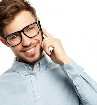 Cara emocional, sorrindo e conversando com smartphone
