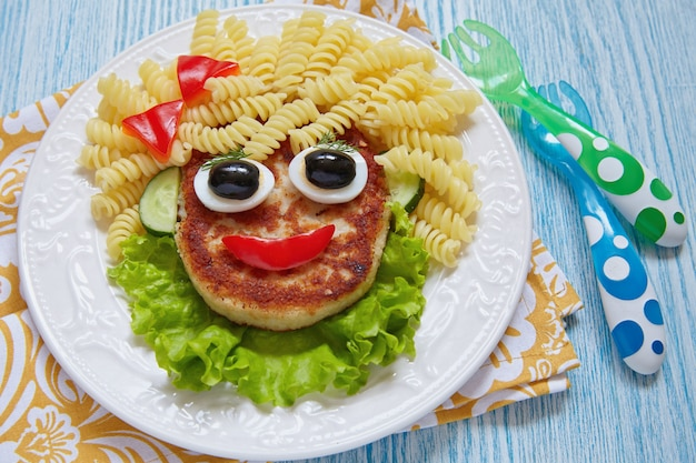Cara engraçada de comida de menina