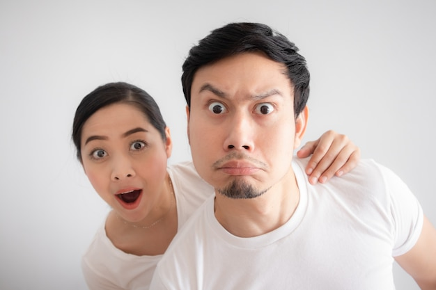 Cara engraçada dos amantes casal em dúvida em uma coisa inacreditável que eles estão olhando