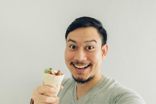 Cara engraçada homem selfie se comendo espetinho de frango caseiro.