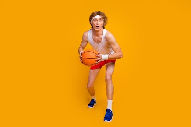 Cara esportista fã mão jogando bola