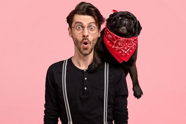 Cara estiloso surpreso em companhia de cachorro