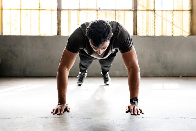 Cara fazendo flexões na academia