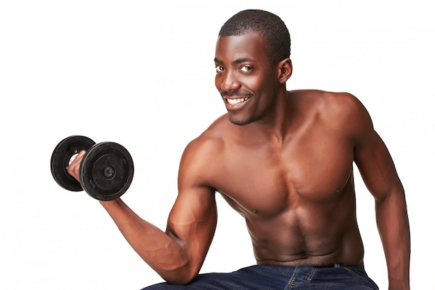 Cara forte e musculoso com halteres isolado no branco