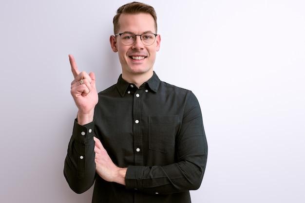 Cara inteligente inteligente otimista levantando o dedo