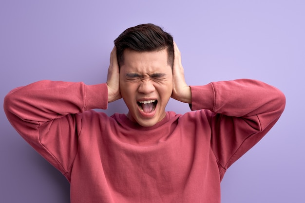 Cara irritado fechando os ouvidos, não quer ouvir noticiário, zangado