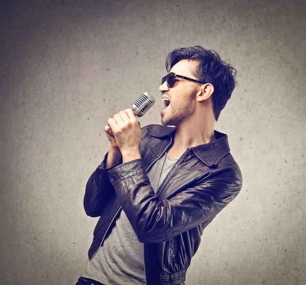 Cara jovem cantando