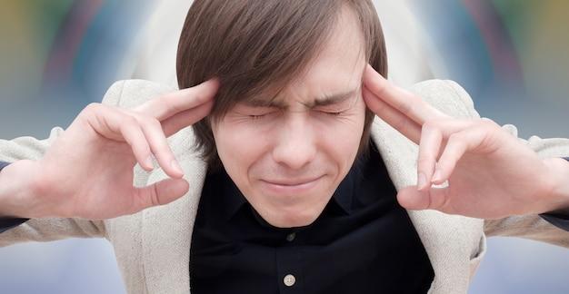 Cara jovem com dor de cabeça.