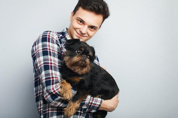 Cara jovem com seu cachorro.