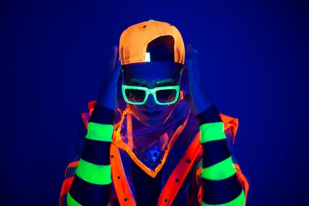 Cara jovem em traje criativo com brilho de néon.