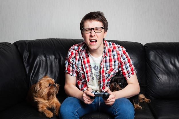 Cara jovem jogando videogame.