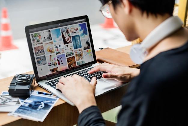 Cara jovem, usando computador portátil