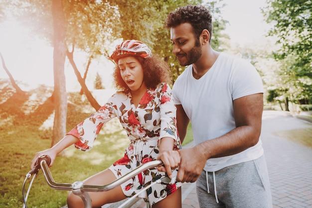 Cara latino está ensinando a esposa a ciclo
