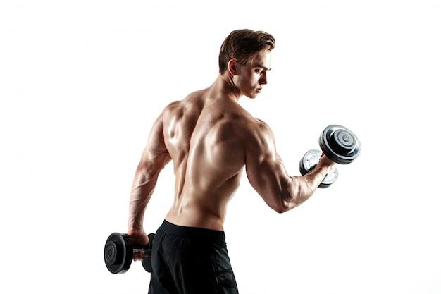 Cara musculoso fisiculturista fazendo exercícios com halteres sobre fundo branco
