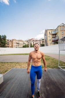 Cara musculoso posando ao ar livre.