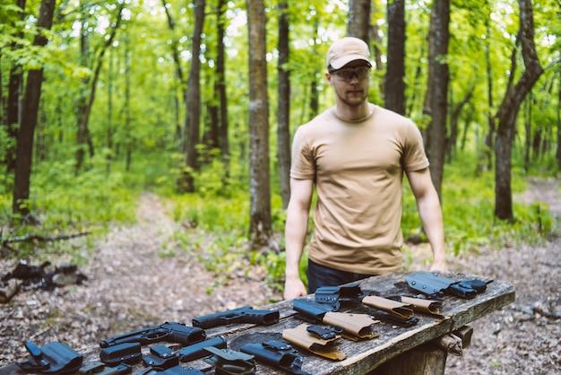 Cara na floresta testa suas armas para praticar esportes