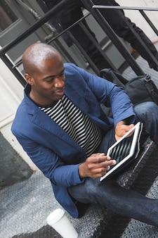Cara negro usando tablet digital
