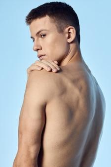 Cara nu em uma vista traseira do bíceps dos músculos do torso inflado azul.