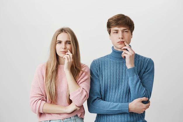 Cara pensativa e garota pensando. casal ponderando decisão