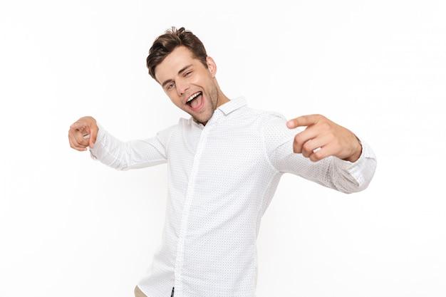 Cara positiva rindo e apontando os dedos