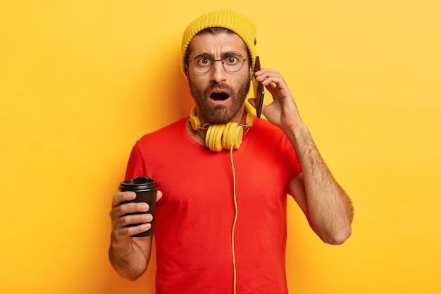Cara preocupado conversa séria ao telefone, recebe notícias infelizes de um amigo