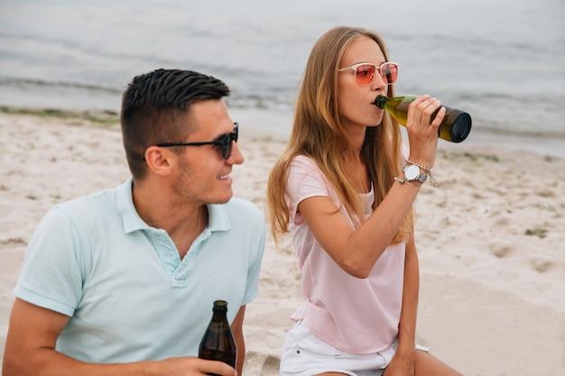 Cara sorridente e linda garota passar tempo com prazer na praia, junto ao mar