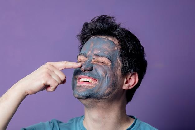 Cara sorridente em uma máscara de cuidados do rosto