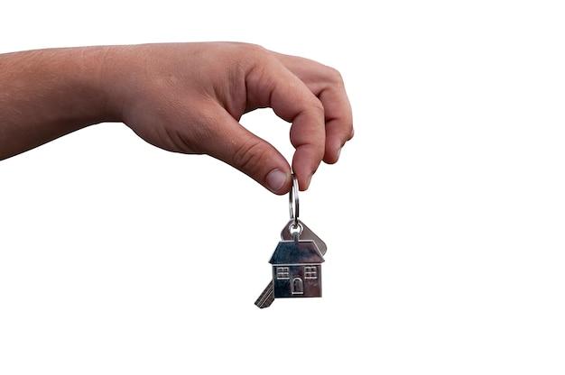 Cara tem as chaves da casa em suas mãos, isoladas no fundo branco. conceito sobre o tema da compra de uma nova casa.