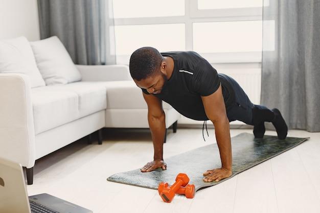 Cara treinando em casa