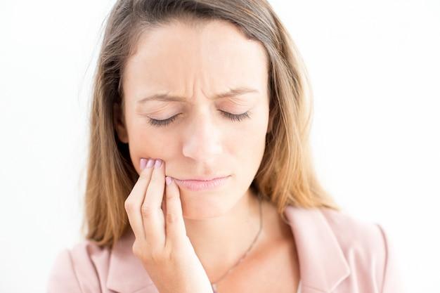 Cara triste de jovem empresária com dor de dente