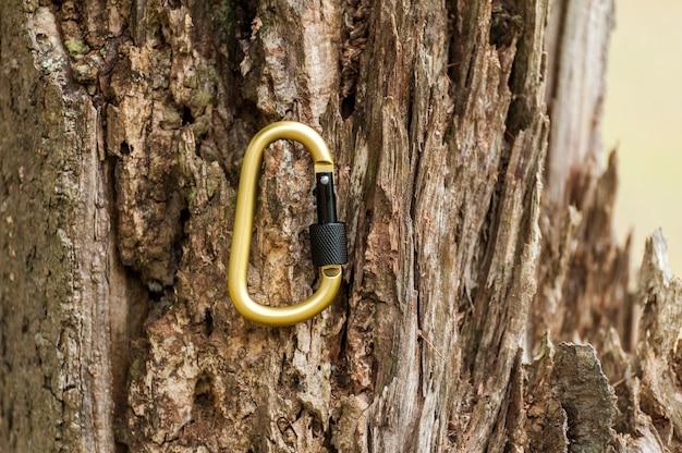 Carabina de metal para montanhismo. foto de carabinas coloridas. conceito de escalada