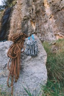 Carabiners e corda na rocha