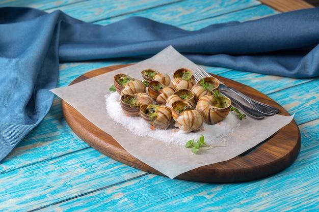 Caracóis assados com manteiga de alho e ervas frescas