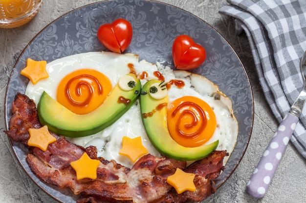 Caracóis feitos de comida em um prato