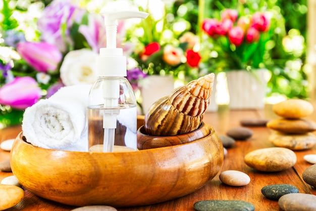 Caracol e garrafa de colágeno ou configuração de massagem de óleo de soro com garrafa