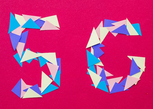 Caracteres 5g desenhados em papel triangular