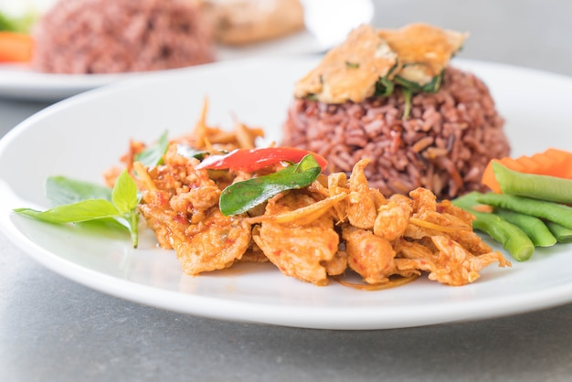 Carambola de carne de porco com arroz de baga e omelete