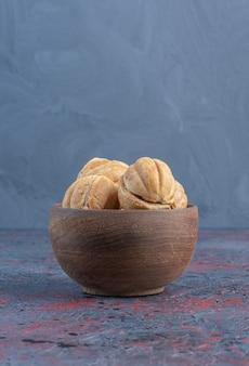 Caramelo cheio de bolas de biscoito em uma tigela na mesa abstrata.