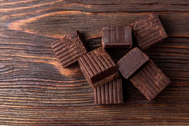 Caramelos de chocolate em mesa de madeira