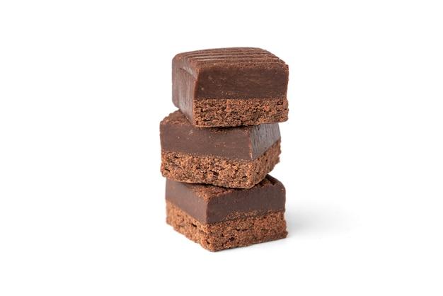 Caramelos de chocolate isolados no fundo branco