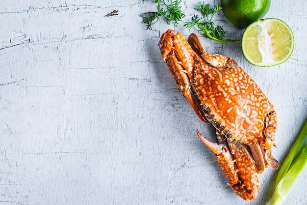 Caranguejo cozido no vapor de frutos do mar em madeira branca