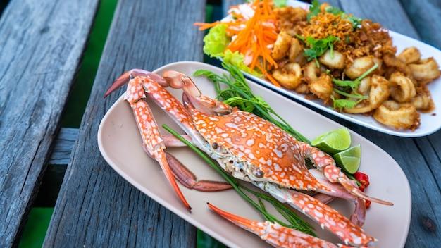 Caranguejo cozido no vapor e prato de frutos do mar