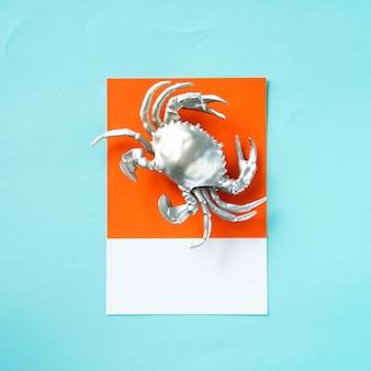 Caranguejo crustáceo prateado sobre papel